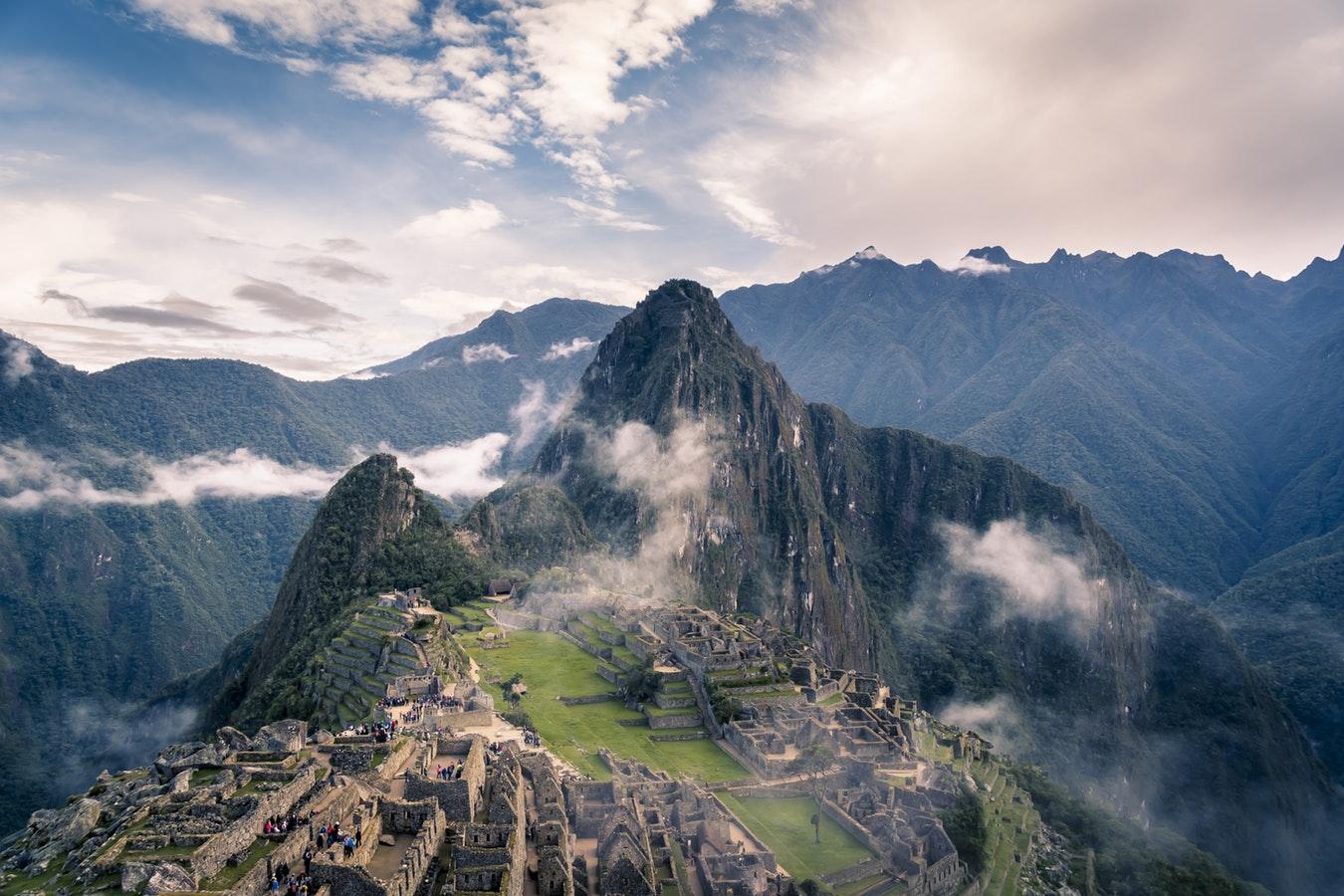 Vue sur le Machu Picchu et une ancienne cité inca au Pérou