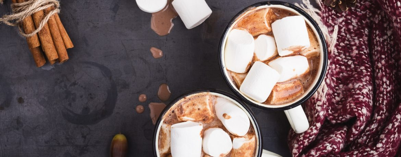 Un chocolat chaud avec des chamallow et un plaid douillet pour son coin cocooning