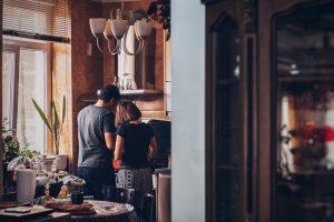 Couple qui cuisine amoureusement dans sa cuisine