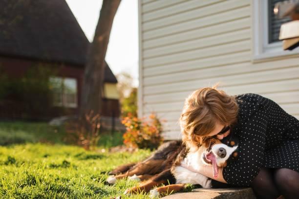 Jeune femme qui fait un câlin à son chien