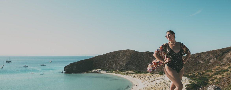 Jeune femme ronde en maillot de bain sur la plage qui aime son corps