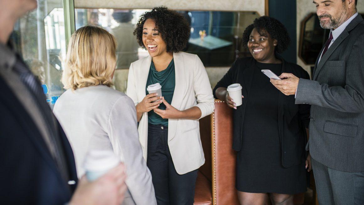 Groupe de plusieurs salariés qui discutent enesmble lorss d'une pause café