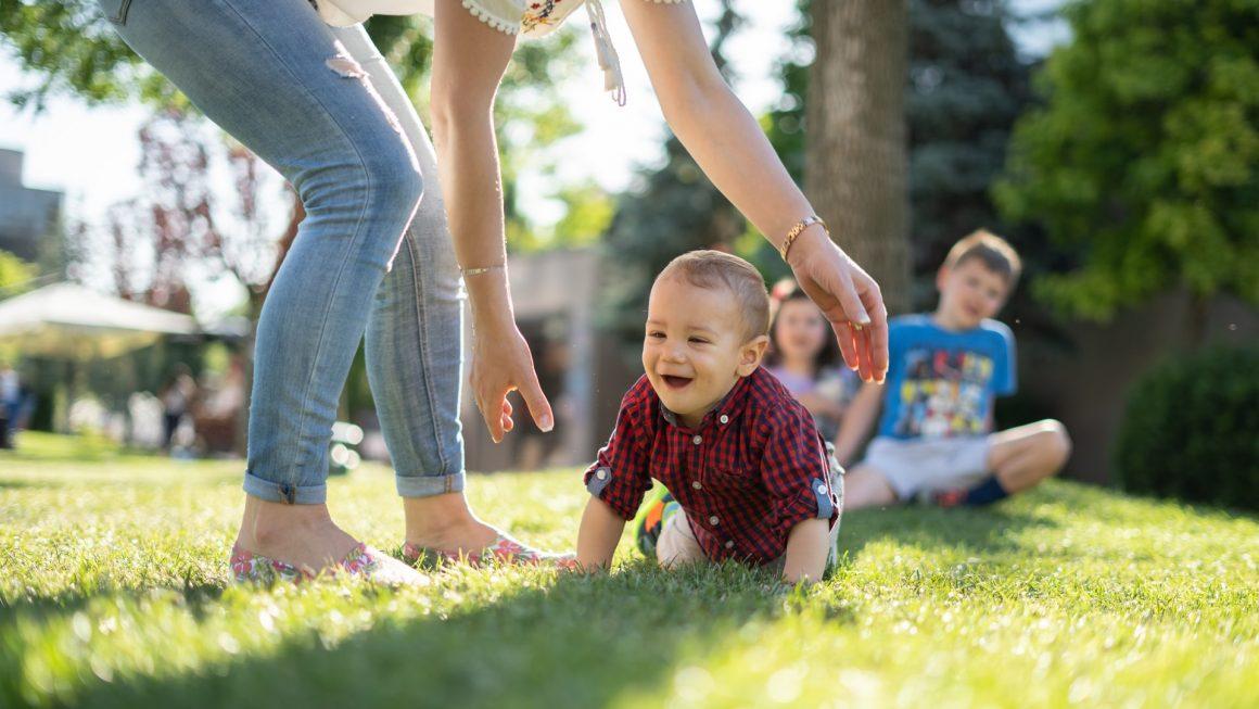 parents jouant dans le jardin avec leurs enfants